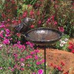 ravissant Bergeronnette en métal sur Promouvoir un bain d'oiseau ou Mangeoire–Fait partie de la gamme de Tilnar fait main Commerce équitable de la marque Farm and Garden image 1 produit