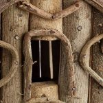 Relaxdays Nichoir à oiseaux décoration maison à oiseaux en bois sur pied à poser villa fait main, nature de la marque Relaxdays image 2 produit